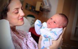 behandla som ett barn nyfött nätt Arkivbilder