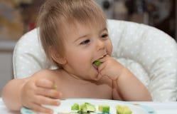 Behandla som ett barn och att äta, den mänskliga framsidan, Caucasian etnicitet 13 arkivfoto
