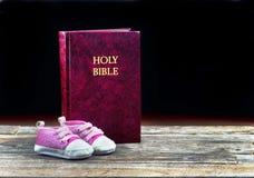 Behandla som ett barn och biblar Arkivbild