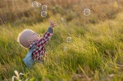 Behandla som ett barn och bubblor Royaltyfri Foto