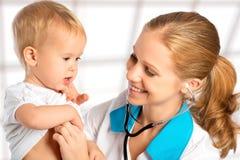 Behandla som ett barn och manipulera pediatriskt. doktorn lyssnar till hjärtan med s Royaltyfria Bilder