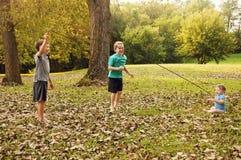 Behandla som ett barn, och pojkar hoppar repet Arkivfoto