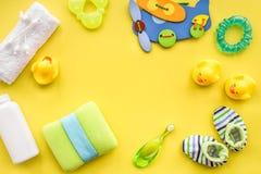 Behandla som ett barn omsorg med den baduppsättningen, ankungar och handduken på gul backgroun Royaltyfri Bild