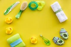 Behandla som ett barn omsorg med den baduppsättningen, ankungar och handduken på gul modell för bästa sikt för bakgrund Arkivbilder