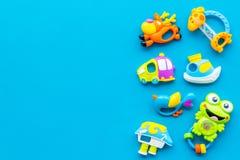 Behandla som ett barn omsorg med hantverkleksaker för nyfött rattle Blått utrymme för kopia för bästa sikt för bakgrund royaltyfri bild