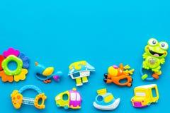 Behandla som ett barn omsorg med hantverkleksaker för nyfött rattle Blått utrymme för kopia för bästa sikt för bakgrund royaltyfri fotografi