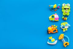 Behandla som ett barn omsorg med hantverkleksaker för nyfött rattle Blått utrymme för kopia för bästa sikt för bakgrund arkivfoto