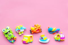 Behandla som ett barn omsorg med hantverkleksaker för nyfött rattle Rosa utrymme för kopia för bästa sikt för bakgrund arkivbild