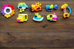 Behandla som ett barn omsorg med hantverkleksaker för nyfött rattle Träutrymme för kopia för bästa sikt för bakgrund arkivbild