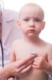 Behandla som ett barn på den pediatriska doktorn Royaltyfria Bilder