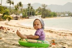 Behandla som ett barn på den tropiska stranden Royaltyfri Bild