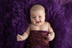 Behandla som ett barn på den violetta bakgrundsnärbilden, olika sinnesrörelser Royaltyfri Bild
