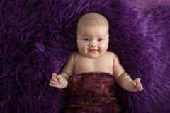 Behandla som ett barn på den violetta bakgrundsnärbilden, olika sinnesrörelser Royaltyfri Foto