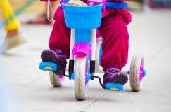 Behandla som ett barn på en mycket liten cykel royaltyfria bilder