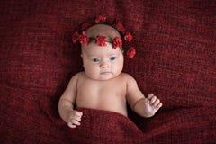 Behandla som ett barn på en röd burgundy bakgrundsnärbild, olika sinnesrörelser Arkivbild