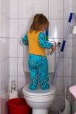 Behandla som ett barn på en toalett Royaltyfri Fotografi