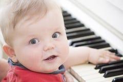 Behandla som ett barn på pianot fotografering för bildbyråer