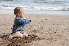 Behandla som ett barn på strand Fotografering för Bildbyråer