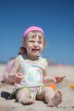 Behandla som ett barn på stranden Royaltyfri Foto