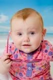 Behandla som ett barn på stranden royaltyfri fotografi