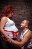 behandla som ett barn par som förväntar royaltyfria bilder