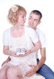 behandla som ett barn par som förväntar barn Arkivbilder