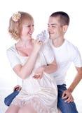 behandla som ett barn par som förväntar barn Royaltyfri Foto