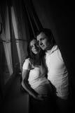 behandla som ett barn par som förväntar Lycklig framtida farsa och hans Fotografering för Bildbyråer