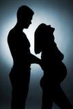 behandla som ett barn par som förväntar silhouettebarn Royaltyfri Foto