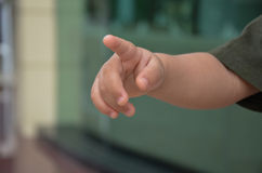 Behandla som ett barn peka fingret royaltyfria bilder