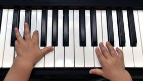 Behandla som ett barn pianisten Fotografering för Bildbyråer