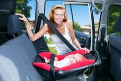 Behandla som ett barn platser i bilsätet Arkivfoto