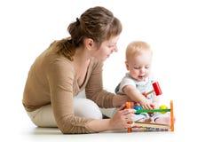 Behandla som ett barn pojke- och moderlek samman med leksaken Fotografering för Bildbyråer