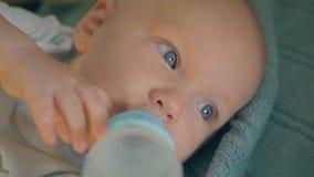 Behandla som ett barn pojkeinnehavflaskan och dricksvatten lager videofilmer