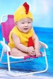 behandla som ett barn pojkelådadräkten Royaltyfria Foton