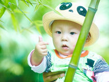 Behandla som ett barn pojkelek i bambuskog royaltyfri foto
