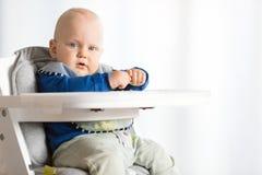 Behandla som ett barn pojken som äter med BLW-metod, behandla som ett barn ledd avvänjning Arkivbilder