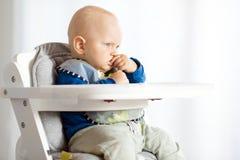 Behandla som ett barn pojken som äter med BLW-metod, behandla som ett barn ledd avvänjning Royaltyfri Fotografi