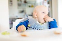 Behandla som ett barn pojken som äter med BLW-metod, behandla som ett barn ledd avvänjning Fotografering för Bildbyråer