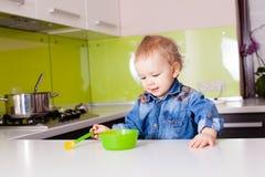 Behandla som ett barn pojken som äter vid honom Royaltyfri Fotografi