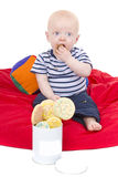 behandla som ett barn pojken, att äta som för kaka tycker om little Arkivbild