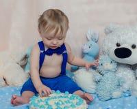 Behandla som ett barn pojken får äta kakan för första gången Royaltyfria Foton