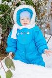 Behandla som ett barn pojken som förvånas med första snöinnehavsnö på hans hand Arkivfoto