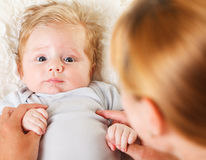 behandla som ett barn pojken henne holdingmodern Arkivbild