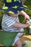 Behandla som ett barn pojken i antik sittvagn utomhus på härlig dag Royaltyfri Foto
