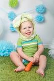 Behandla som ett barn pojken i dräkten för kanin för feriepåskkaninen med stora öron, iklädd gräsplankläderonesie som sitter på f Royaltyfria Foton