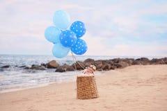 Behandla som ett barn pojken i en ballong för varm luft Arkivfoton