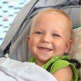 Behandla som ett barn pojken i en sittvagn Arkivfoton
