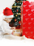 Behandla som ett barn pojken i juldräktkrypning Arkivbilder