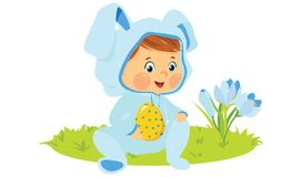 Behandla som ett barn pojken i kanindräkt med det dekorativa ägget Royaltyfri Bild